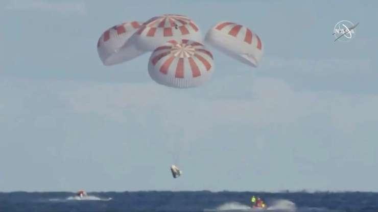 第1页,共30页:SpaceX Crew Dragon航天器的无人太空舱在国际空间站短暂逗留后,下降到大西洋,在大西洋上距离佛罗里达大约200英里的视频中的静止图像美国海岸,2019年3月8日